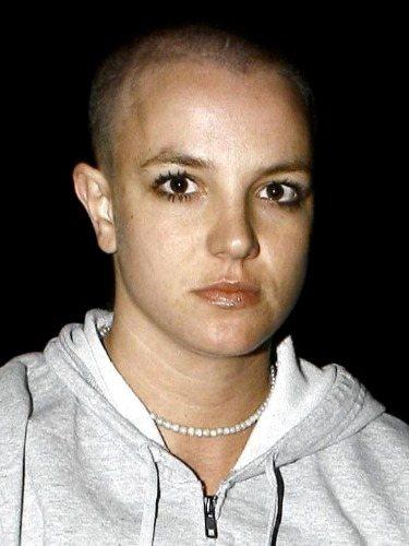 Britney Spears aparece con la cabeza rapada