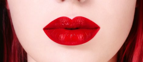 Aplicar base de maquillaje en los labios antes del gloss es un truco infalible