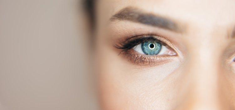 Maquillarse las pestañas y las cejas puede hacer un gran cambio