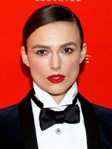 Keira Knightley combina un look masculino con un peinado efecto mojado