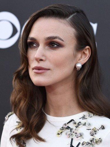 La raya lateral estiliza el rostro de Keira Knightley