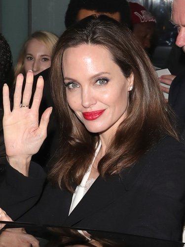 Angelina Jolie presume de sonrisa con el rojo mate