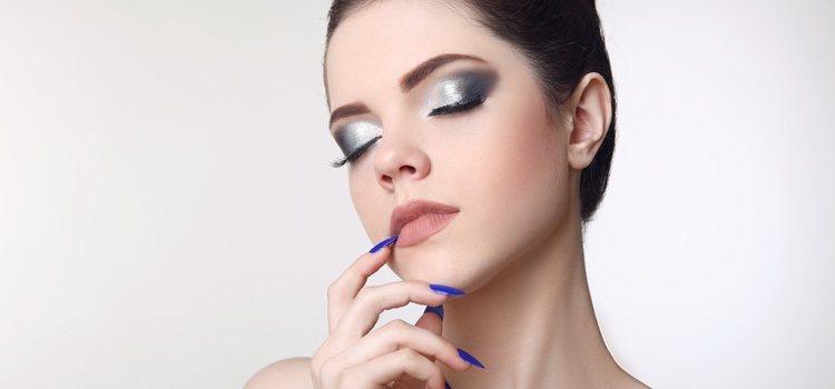 Puedes utilizar el pincel o los dedos como forma de aplicar la sombra