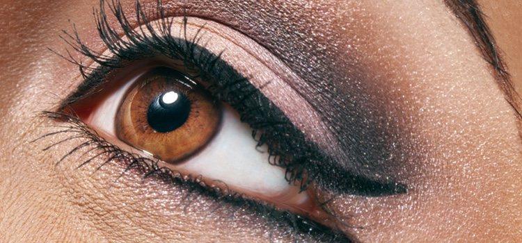 Puedes usar la técnica de ahumados o dar forma a tus ojos con eyeliner
