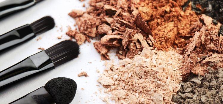 Es recomendable aplicar el maquillaje mineral con pincel o brocha ancha