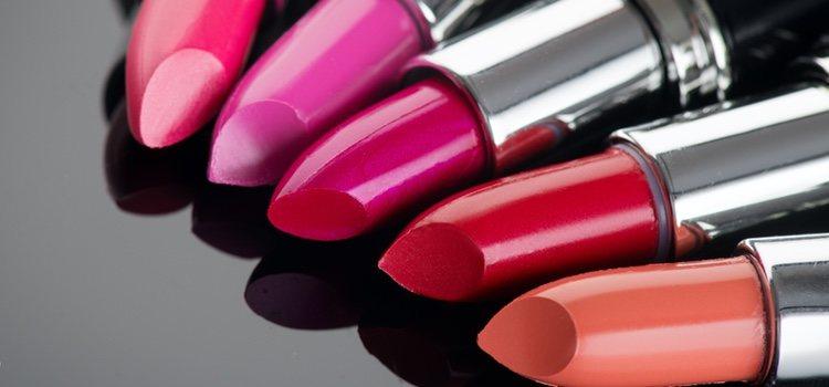 Los pintalabios  de color rojo, naranja o rosa no son favorecedores