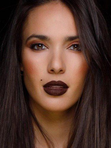 La modelo Ana Moya, con un pintalabios malva oscuro