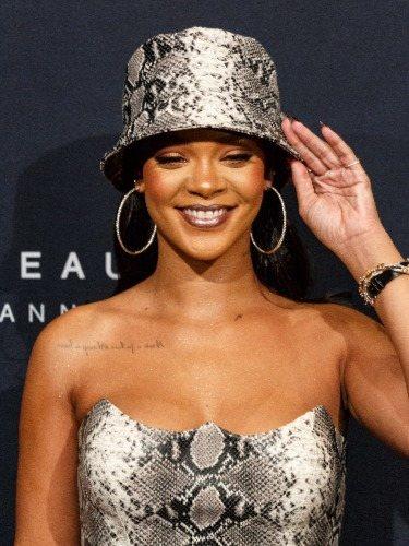 La cantante Rihanna apuesta por un pintalabios brillante en un evento de Sephora