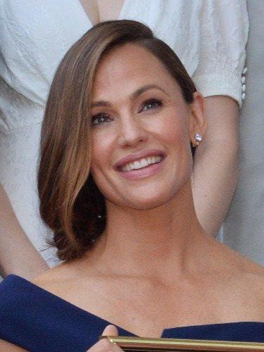 Jennifer Garner escoge una melena lisa con raya lateral para la entrega de su estrella en el Paseo de Fama