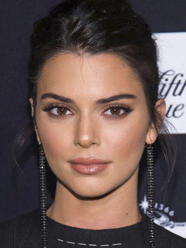 Kendall Jenner con maquillaje natural y recogido despeinado