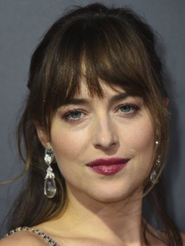 Dakota Johnson combina un semirecogido con flequillo cortina