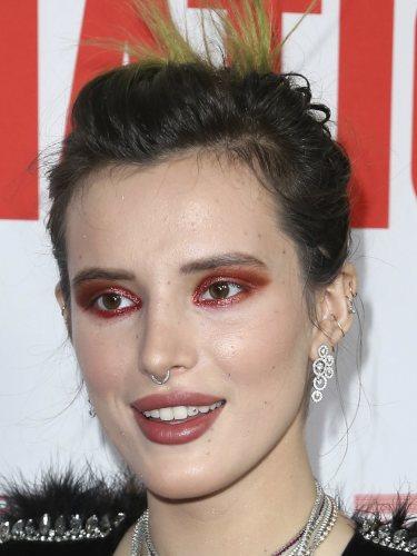 Bella Thorne con unas sombras de ojos de lo más llamativas