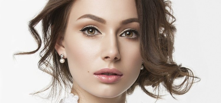 Maquíllate de forma sencilla: gloss, pestañas, eyeliner y base ligera