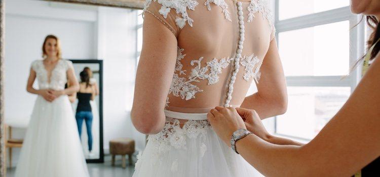 Este es tu año di adiós al vestido de princesa y usa con un traje de dos piezas con pantalones