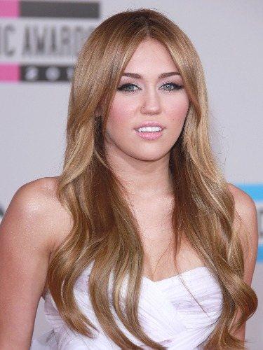 Miley Cyrus luce una maximelena castaña