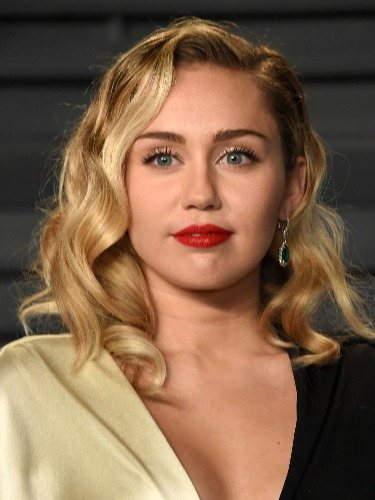 Miley Cyrus luce una melena midi rubia