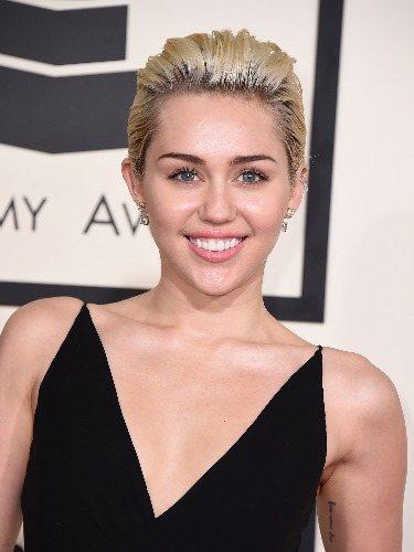 Miley Cyrus apuesta por un tupé para peinar su pixie