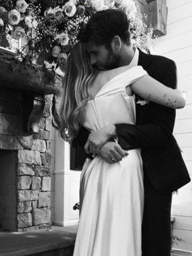 Miley Cyrus y su look en su boda con Liam Hemsworth. FUENTE: @mileycyrus
