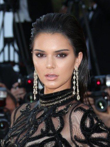 Kendall Jenner luce un wet hair