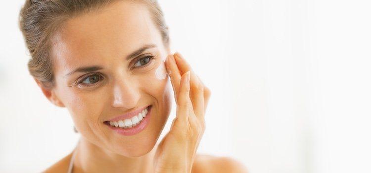 Es aconsejable aplicar cremas o sérum por la noche y otras por el día