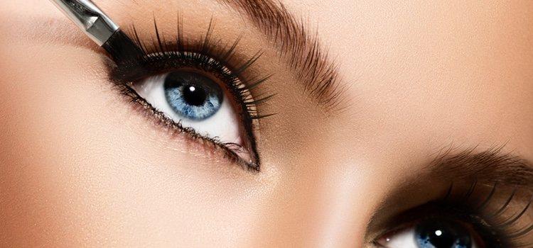 Los ojos azules o gris resaltará con un color marrón o gris
