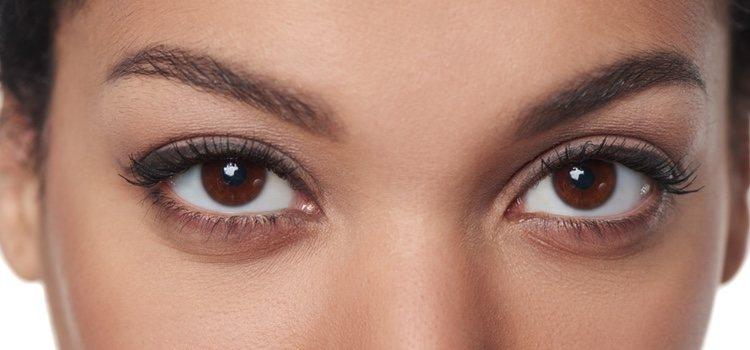 Con el eyeliner el ojo pequeño se potencia