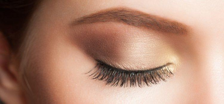 Aplica sombras de ojos en tono claro àra acentuar tu mirada