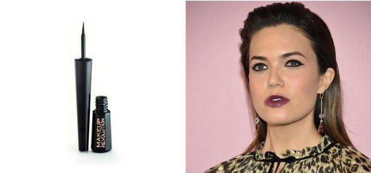 La actriz Mandy Moore luce un intenso maquillaje de ojos con eyeliner