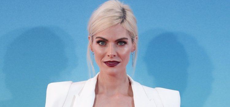 La actriz Amaia Salamanca acude a la premier de su nueva película con un look impresionante y un beauty rompedor con los labios en color bourdeaux