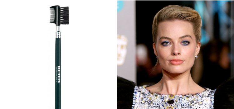 La actriz Margor Robbie luce un maquillaje intenso de colores azules y cejas marcadas