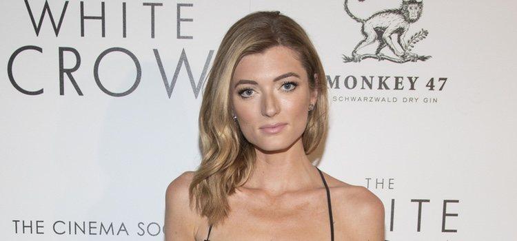La modelo Sophie Summer acudió a la proyección especial de una película en Nueva York con el pelo echado a un lado</p><p>