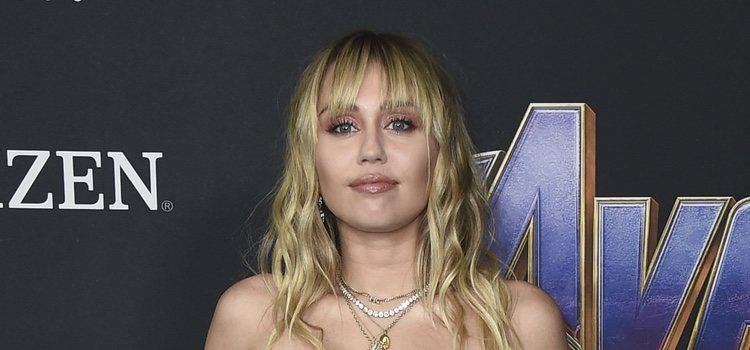 La cantante Miley Cyrus con una sombra de ojos brillante</p><p>