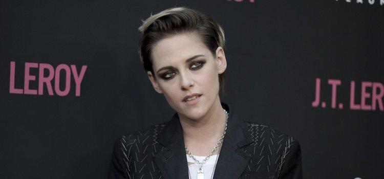 La actriz Kristen Stewart con un beauty look oscuro con sombra de ojos negra