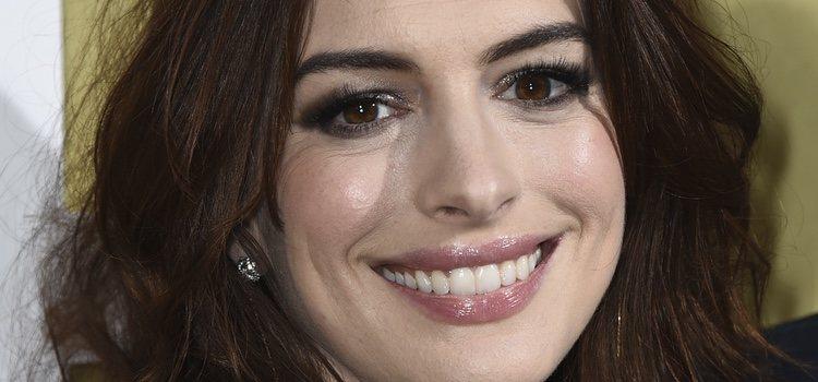 Anne Hathaway en la premier de 'The Hustle'