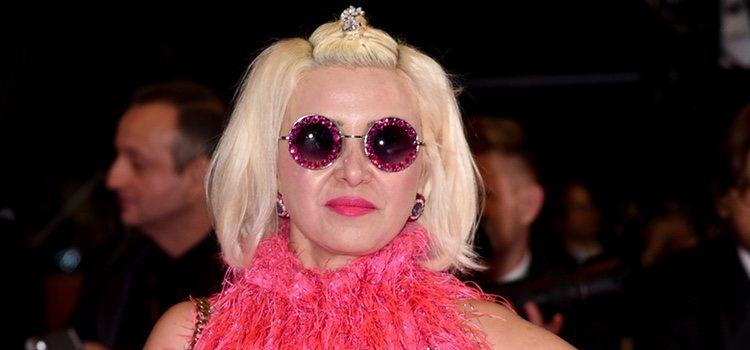Karine Teles de rosa y con gafas de sol en la alfombra roja del Festival de Cannes 2019