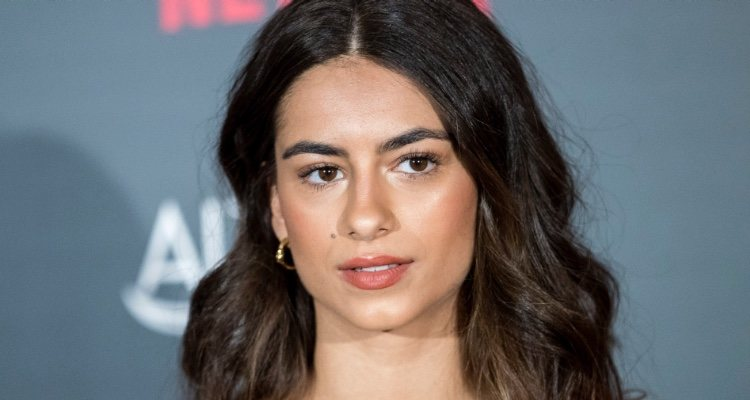 La joven actriz española con un maquillaje efecto no makeup en el desfile de Juan Duyos