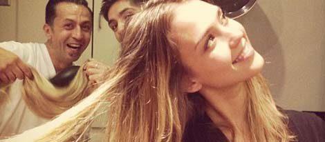 Jessica Alba bromea con sus peluqueros