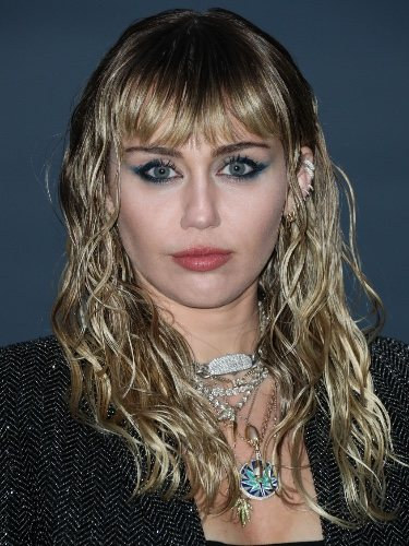 Miley Cyrus en el fashion show de Yves Saint Laurent en Malibú