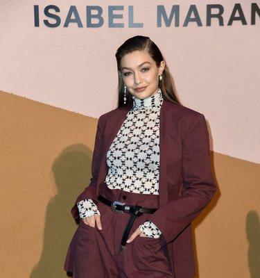 Gigi Hadid posa antes los objetivos de los fotógrafos en la fiesta de Isabel Marant durante la Milán Fashion Week 2019