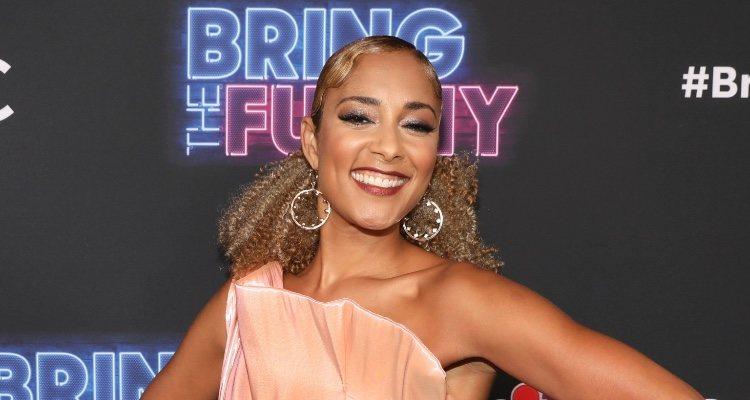 Amanda Seales con vestido palabra de honor como anfitriona en la premiere de 'Bring the Funny', en Los ángeles