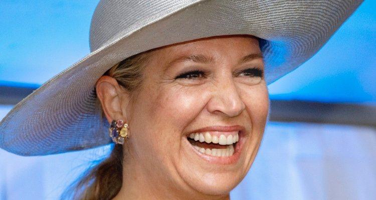 Reina Máxima de Holanda con pamela de rafia y vestido azul en la inauguración de un centro de equinoterapia