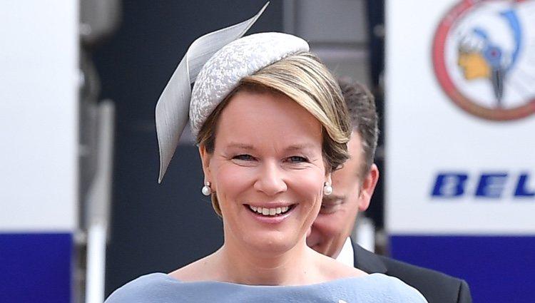 La Reina Matilde de Bélgica llega a Alemania con un look azul y complementos