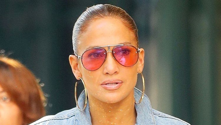 Jennifer Lopez por las calles de Nueva York con un delineado de labios que le suma años