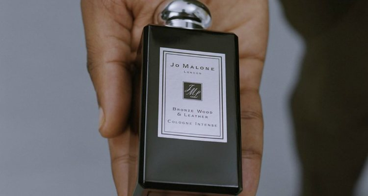 John Boyega con la fragancia 'Bronze Wood & Leather' de Jo Malone London