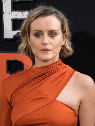 Taylor Schilling luce total look naranja en el estreno de la última temporada de 'Orange is the new black'