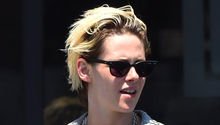 Kristen Stewart luce un desafortunado beauty look paseando por las calles de LA