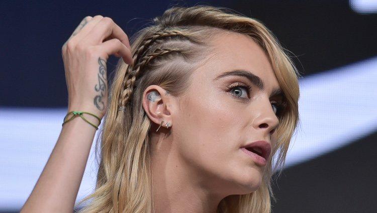 Cara Delevingne en la presentación de su nuevo proyecto de Amazon Prime con un falso peinado sidecut