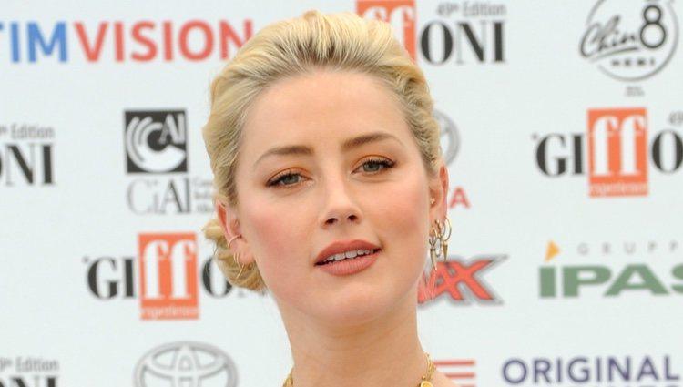 Amber Heard en el Festival de Cine de Giffoni con un beauty look a juego con su vestido