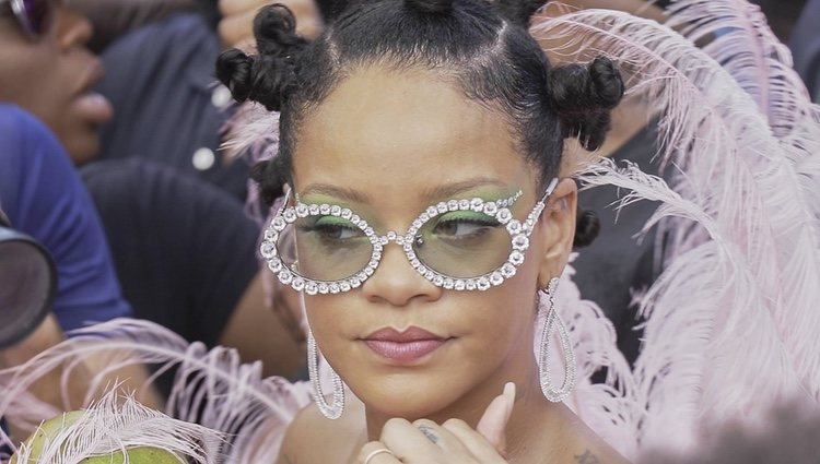 Rihanna acude al carnaval de Barbados con un maquillaje en clave natural y ojos dibujados con un ahumado en verde esmeralda