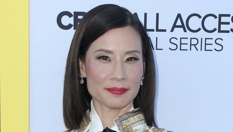 Lucy Liu y su propuesta de maquillaje con un exceso de brillo sobre la alfombra roja